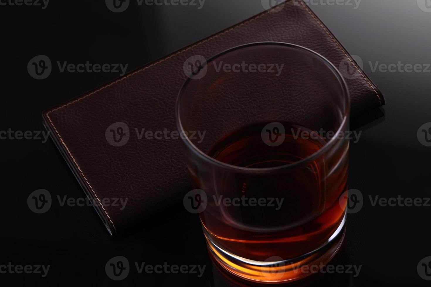 whisky och läderväska foto