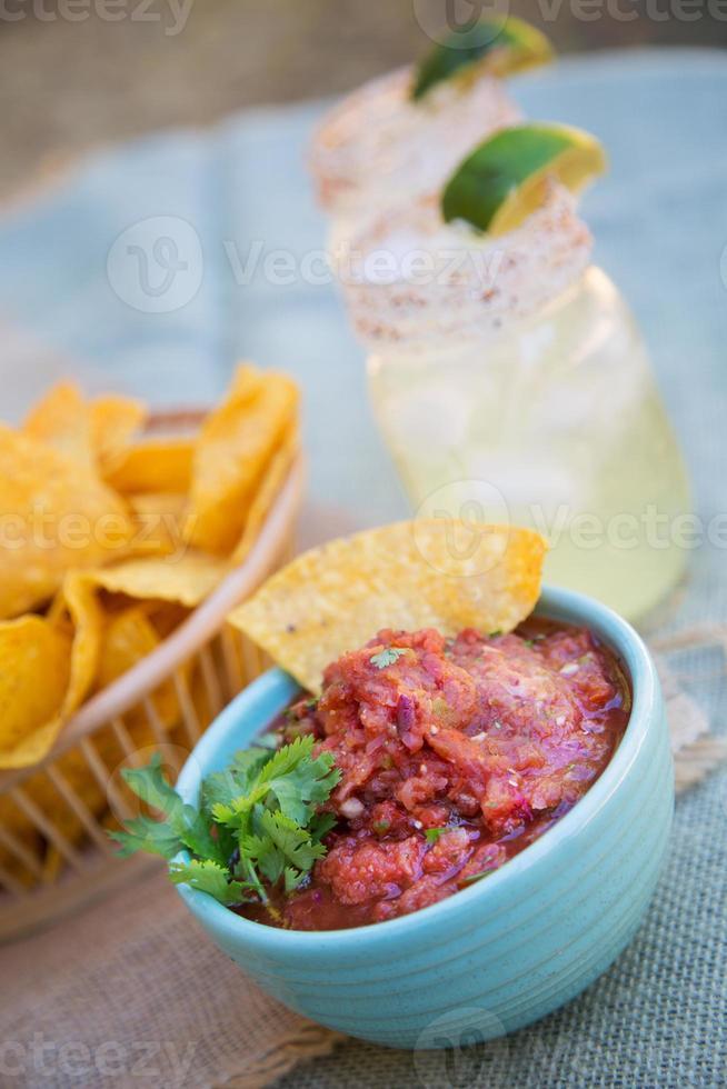 chips och salsa med margaritas. foto