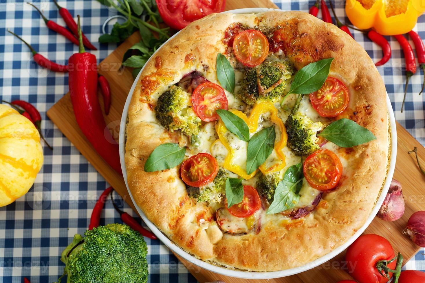 hemgjord vegeterian margarita pizza på bordet foto