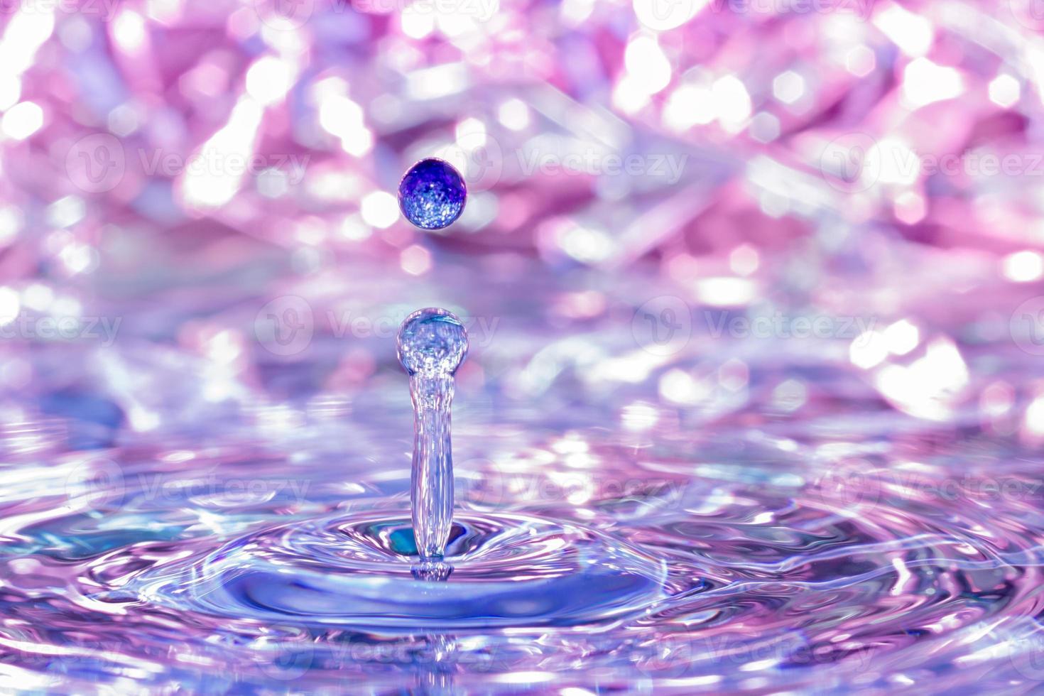 vattendroppe som faller i vatten. foto