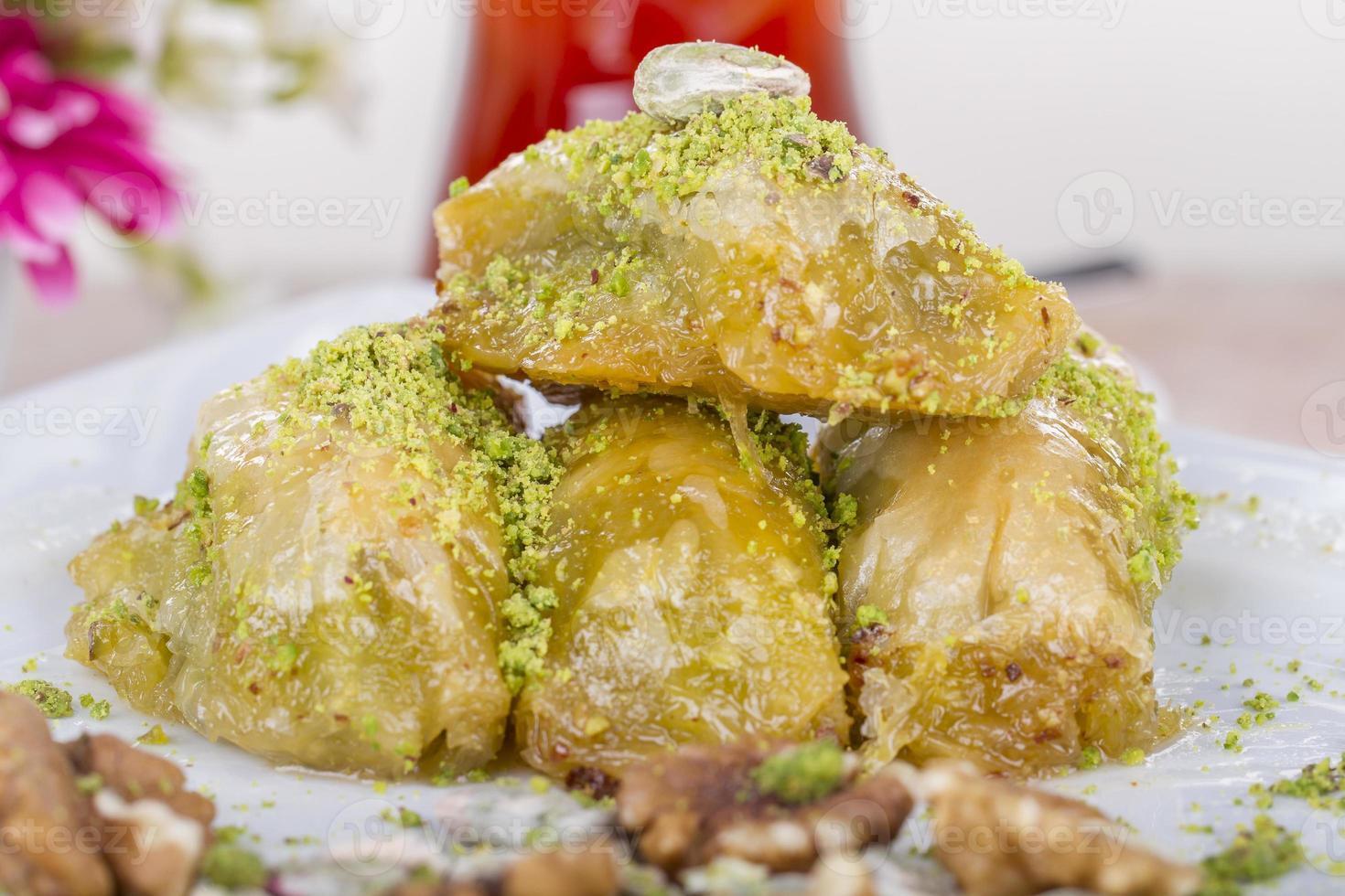 traditionell turkisk arabisk efterrätt - baklava med honung och nötter foto