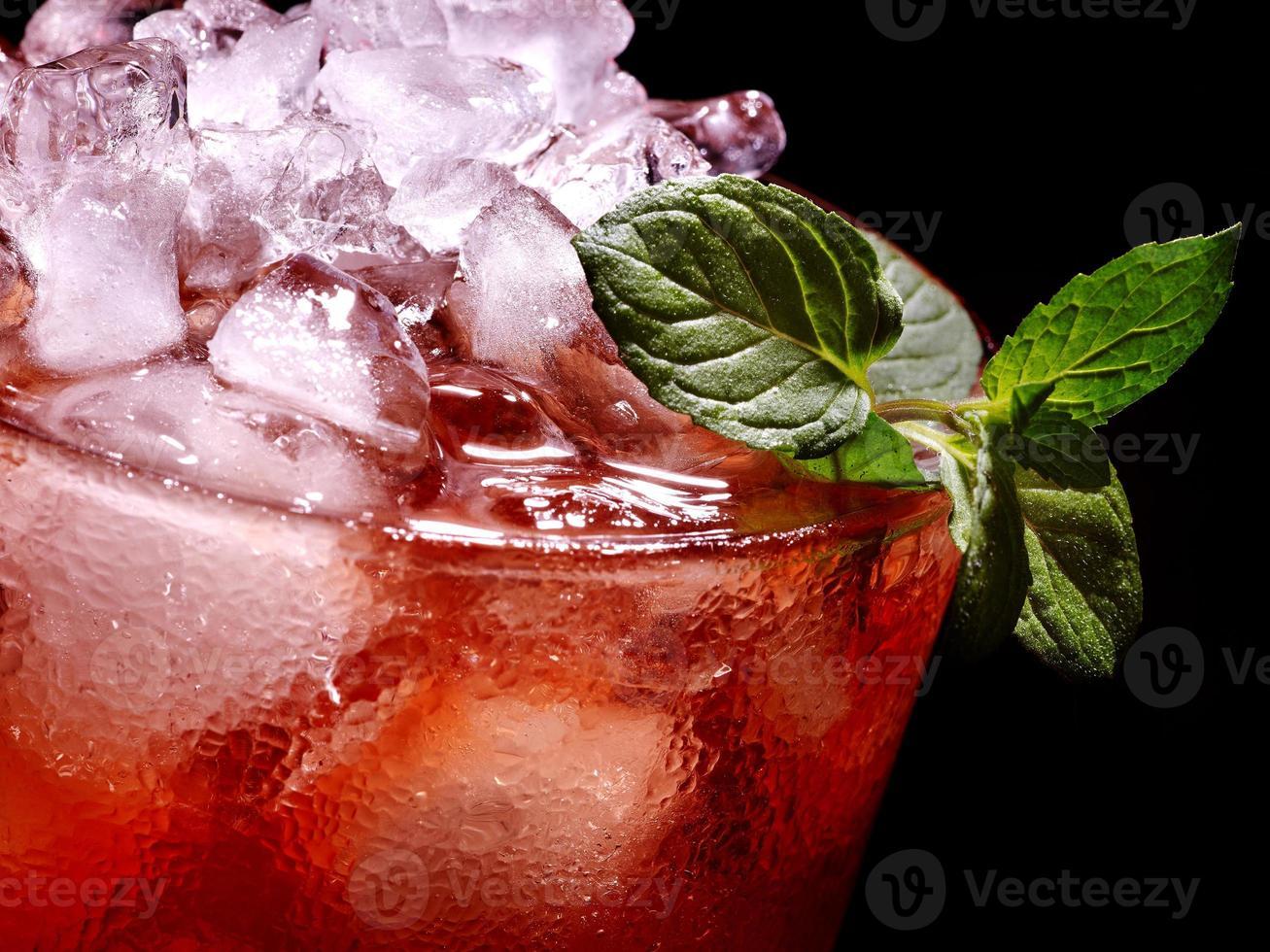 röd cocktail och mynta på mörk bakgrund foto