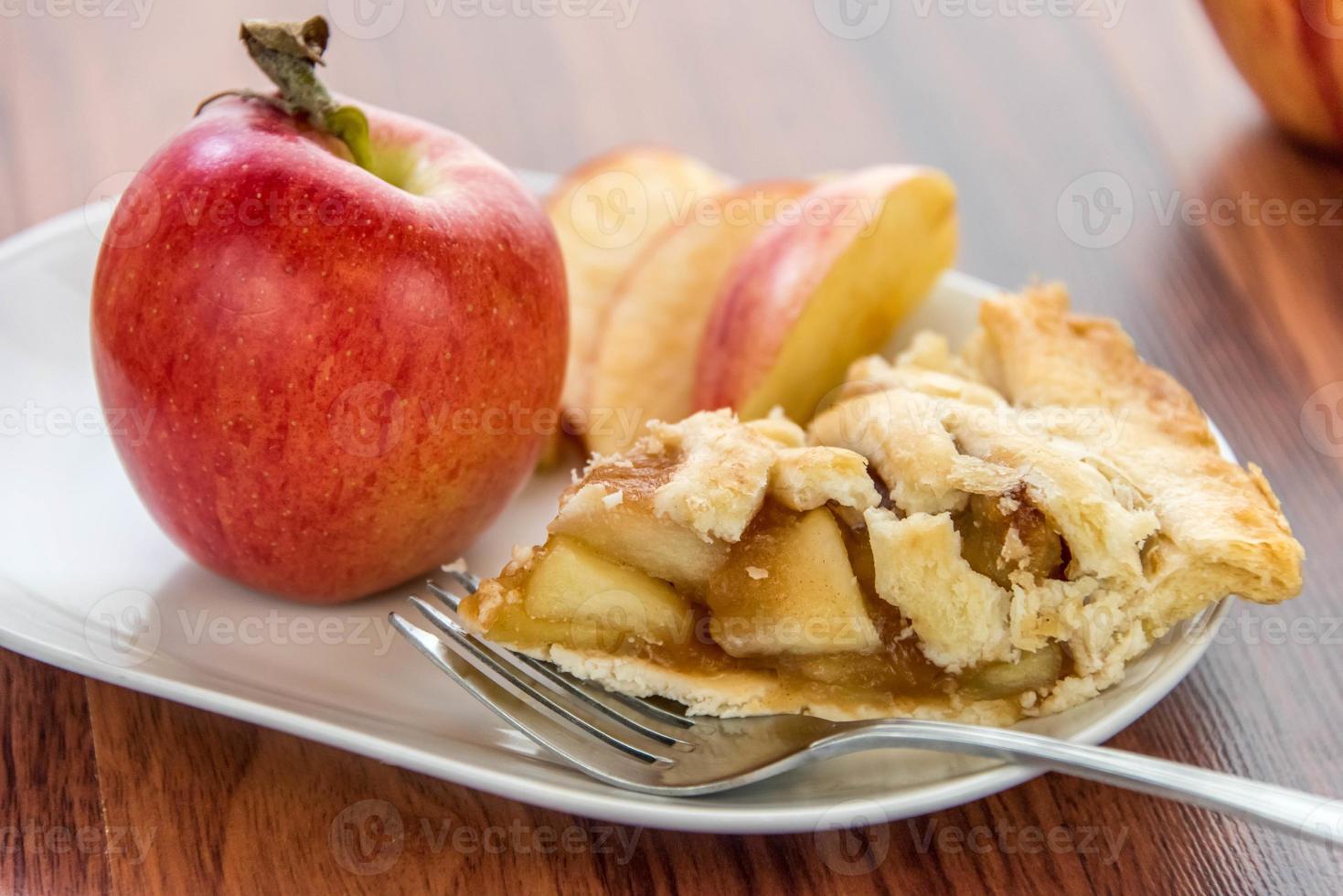 nybakad skivad äppelpaj foto