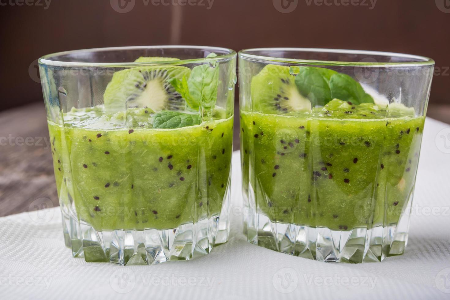 smoothie med kiwi och mynta foto