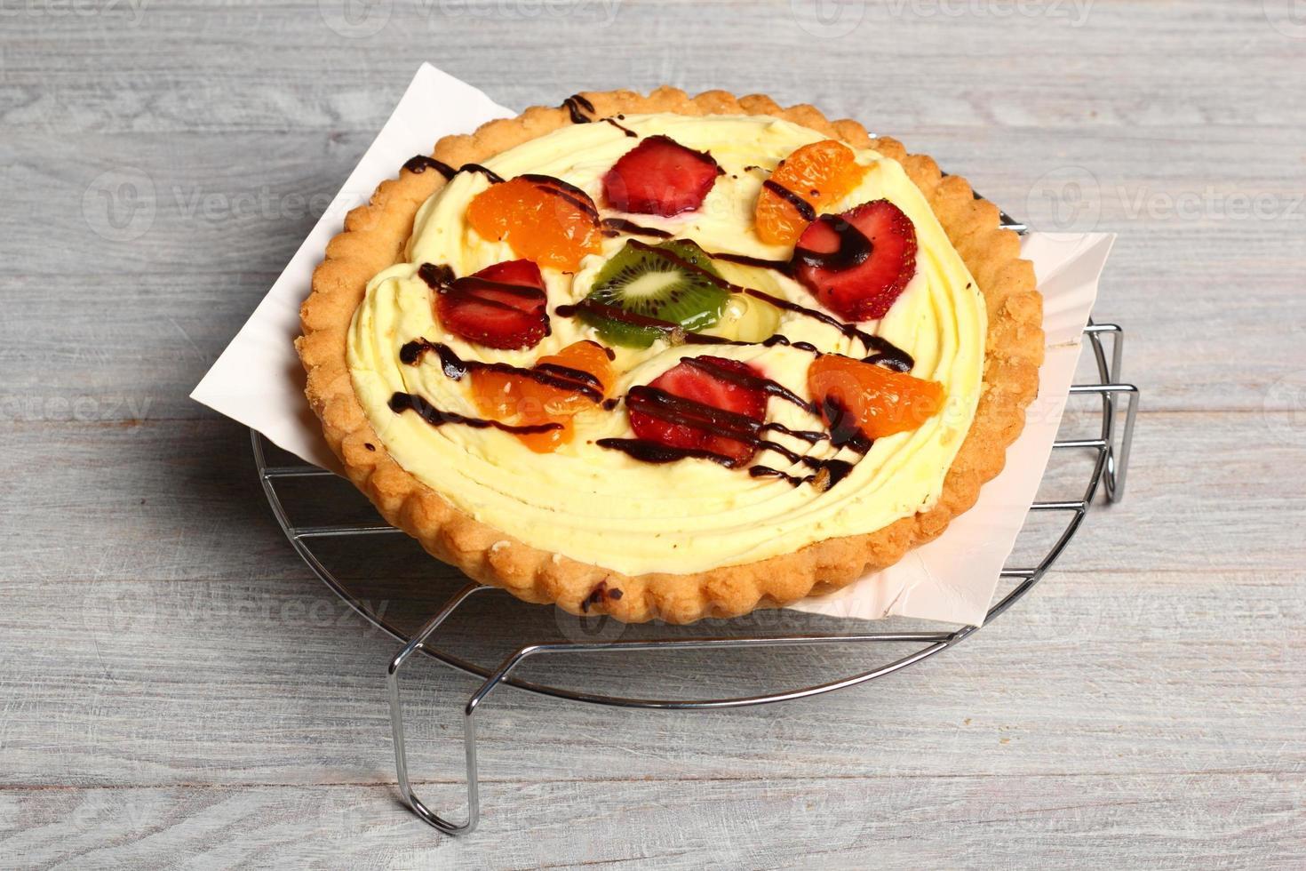 frukt tårta med bakverk grädde foto