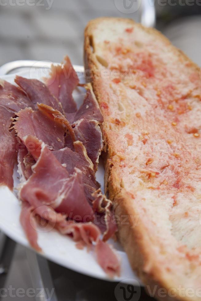 bröd med tomat och skinka foto