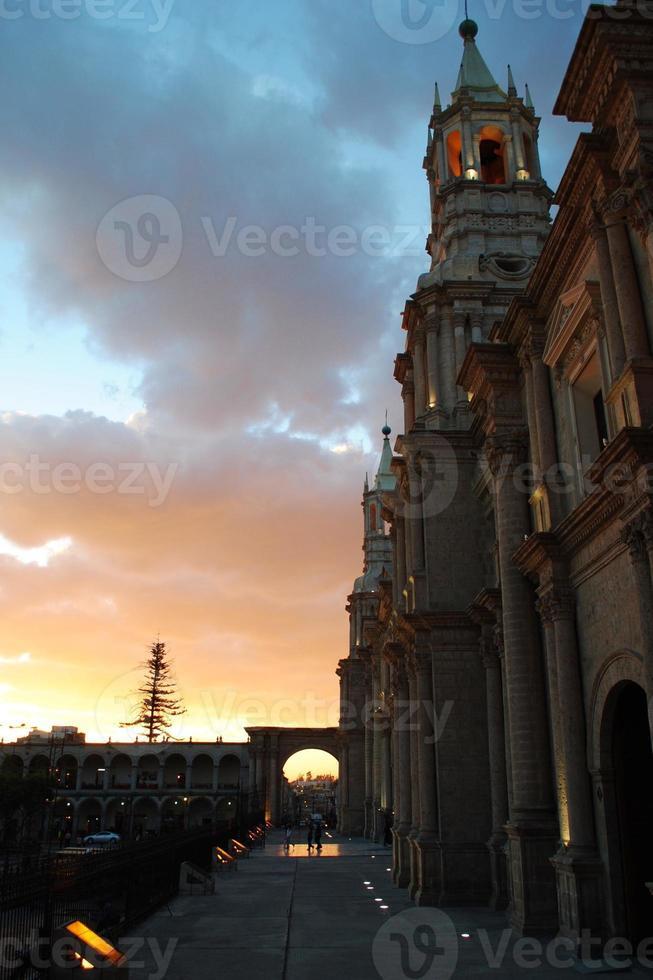 basilikakatedralen i Arequipa vid solnedgången, peru foto