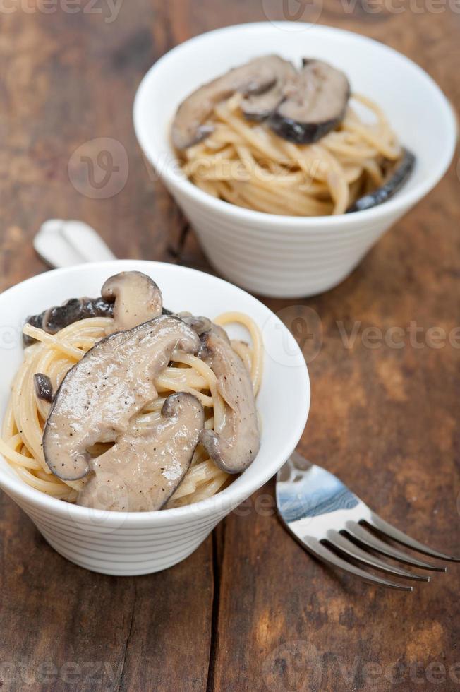 italiensk spagettipasta och svamp foto