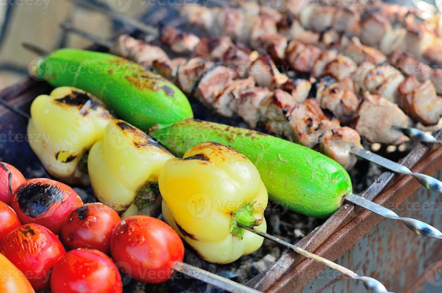 grillgrönsaker och kött. foto