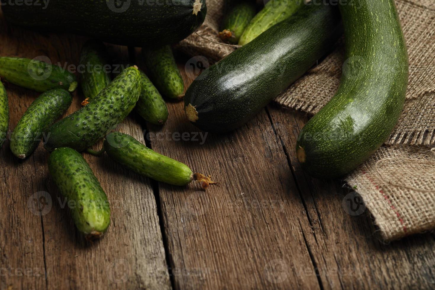 zucchini och gurkor på träbakgrund. foto