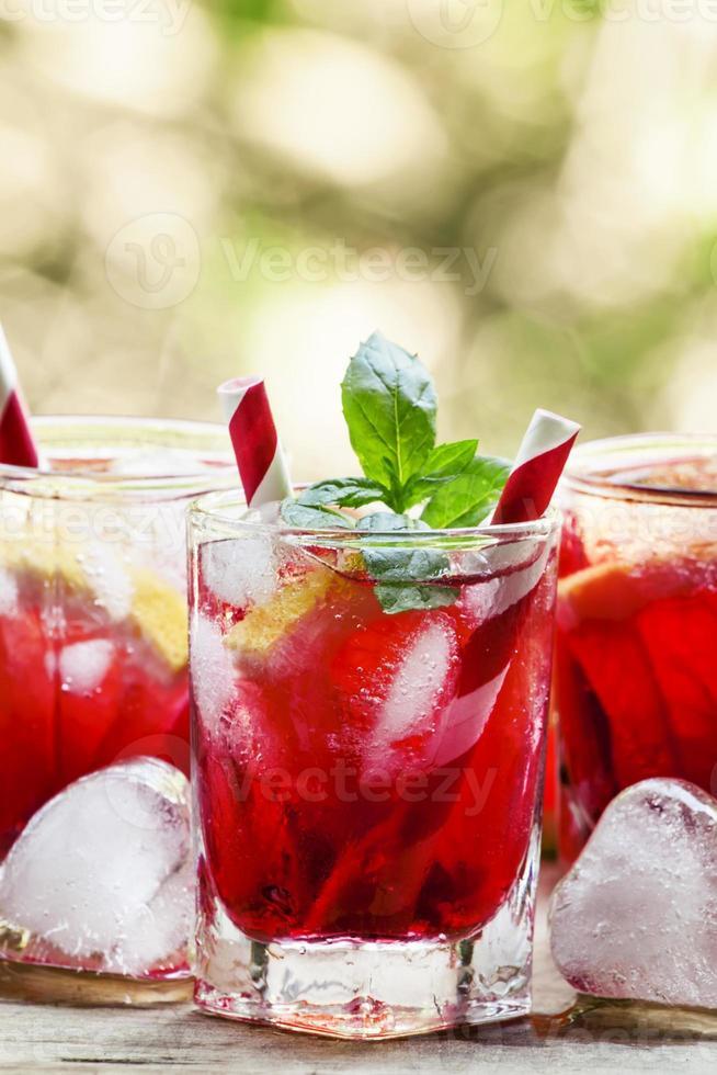 röd cocktail med grapefrukt och is foto