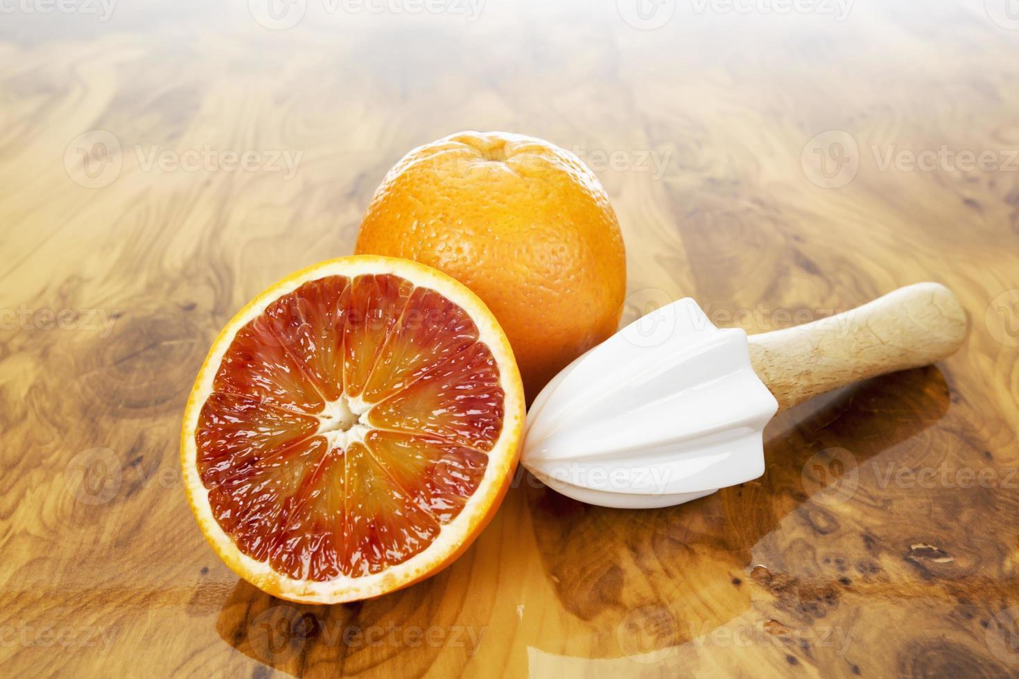 grapefrukt, juicepress med trähandtag på trä foto