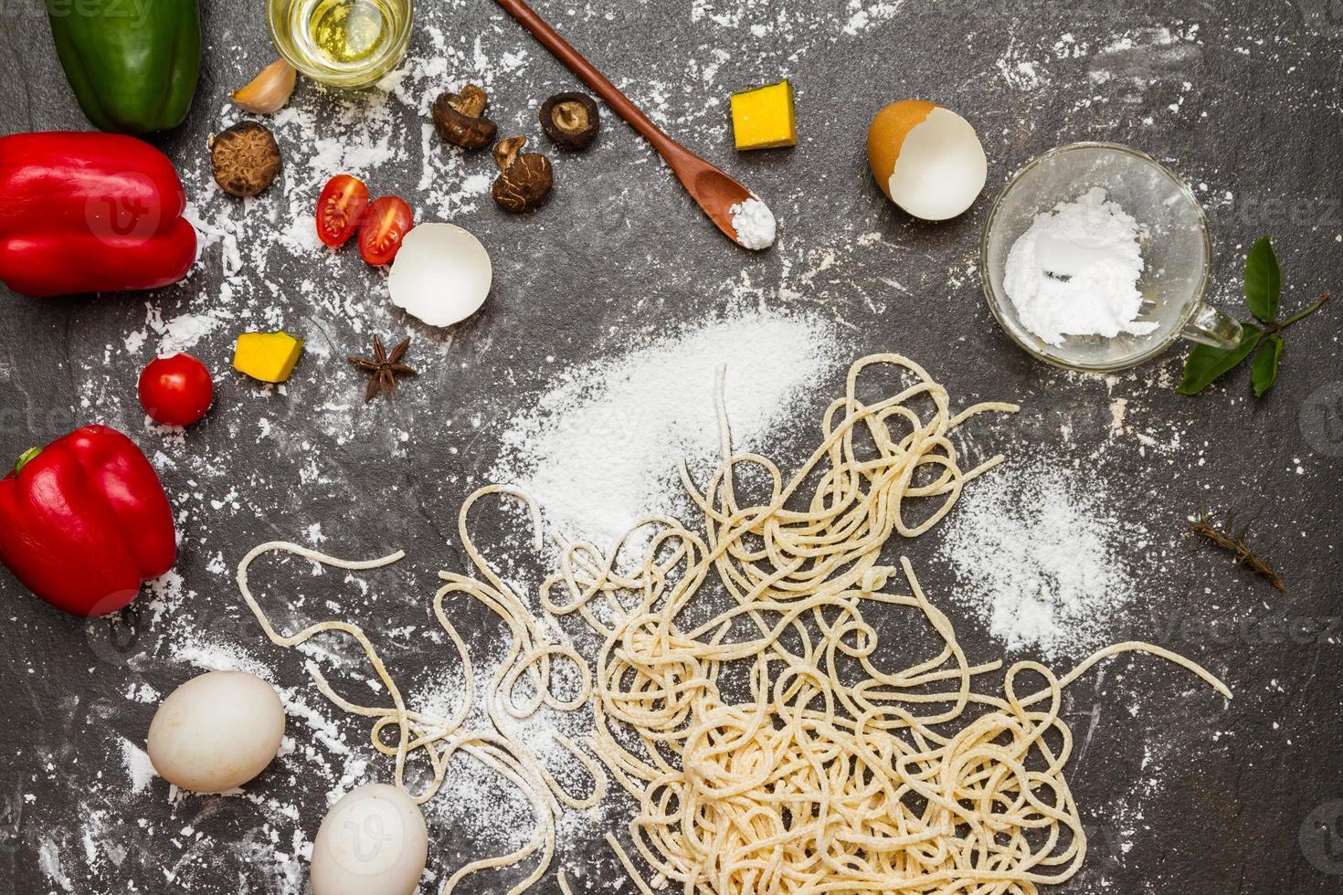 spaghetti och mjöl med rå hemlagad. foto