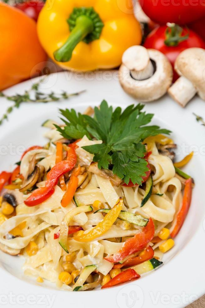 varm pasta med garnering på plattan foto