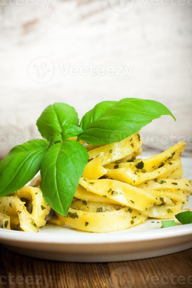 kokt hemlagad pasta med pesto och basilika foto