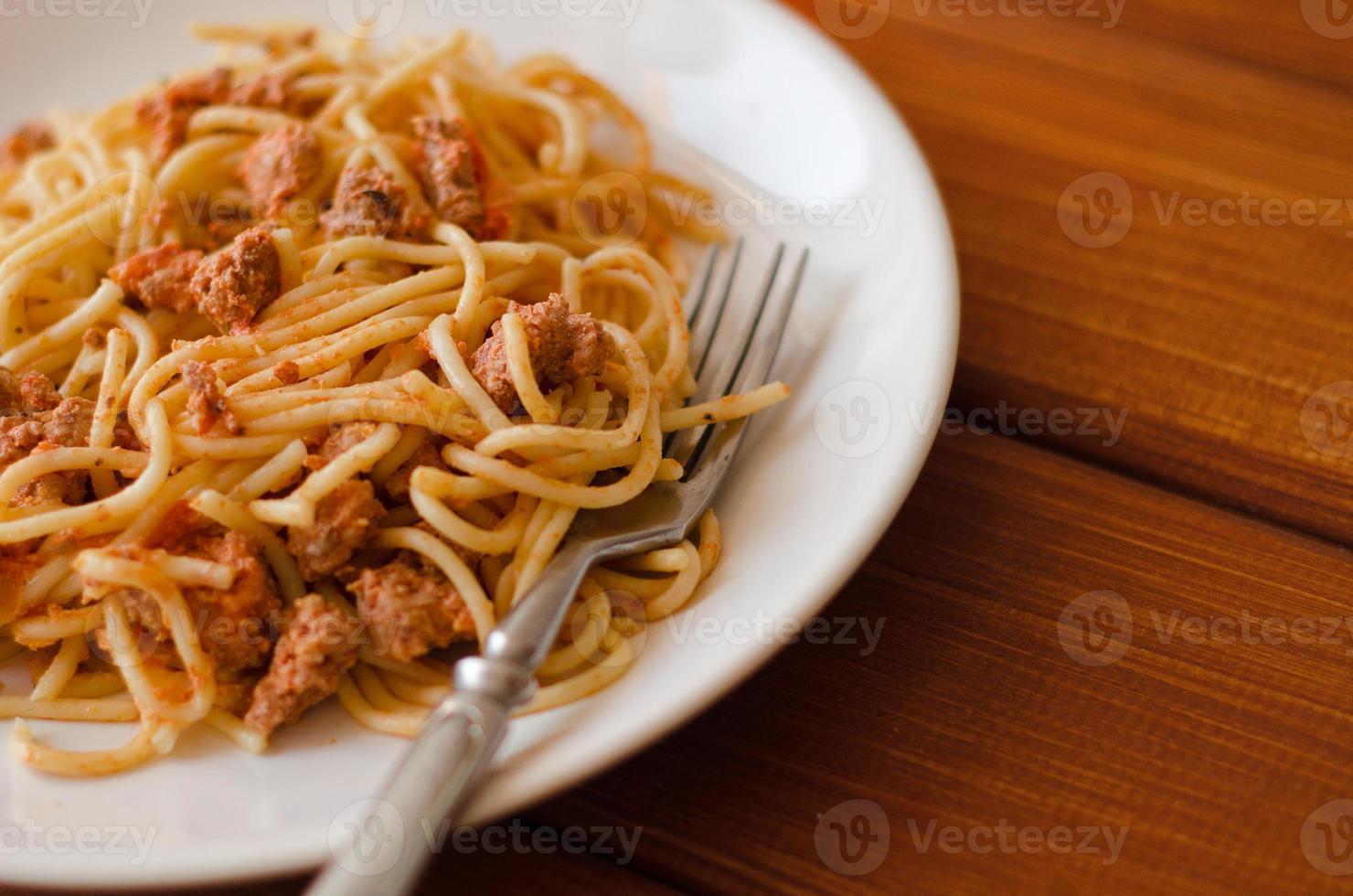 spaghetti med sås på en vit platta foto
