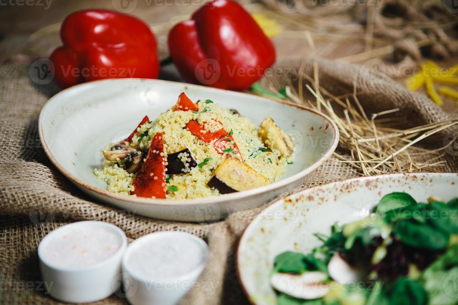 quinoasallad med tomater, majs och bönor foto