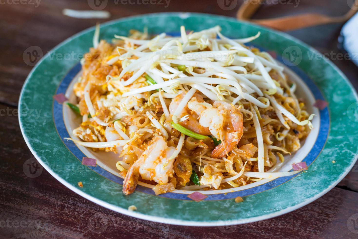 thailändsk mat, pad thai räkor, thailändska stilnudlar foto