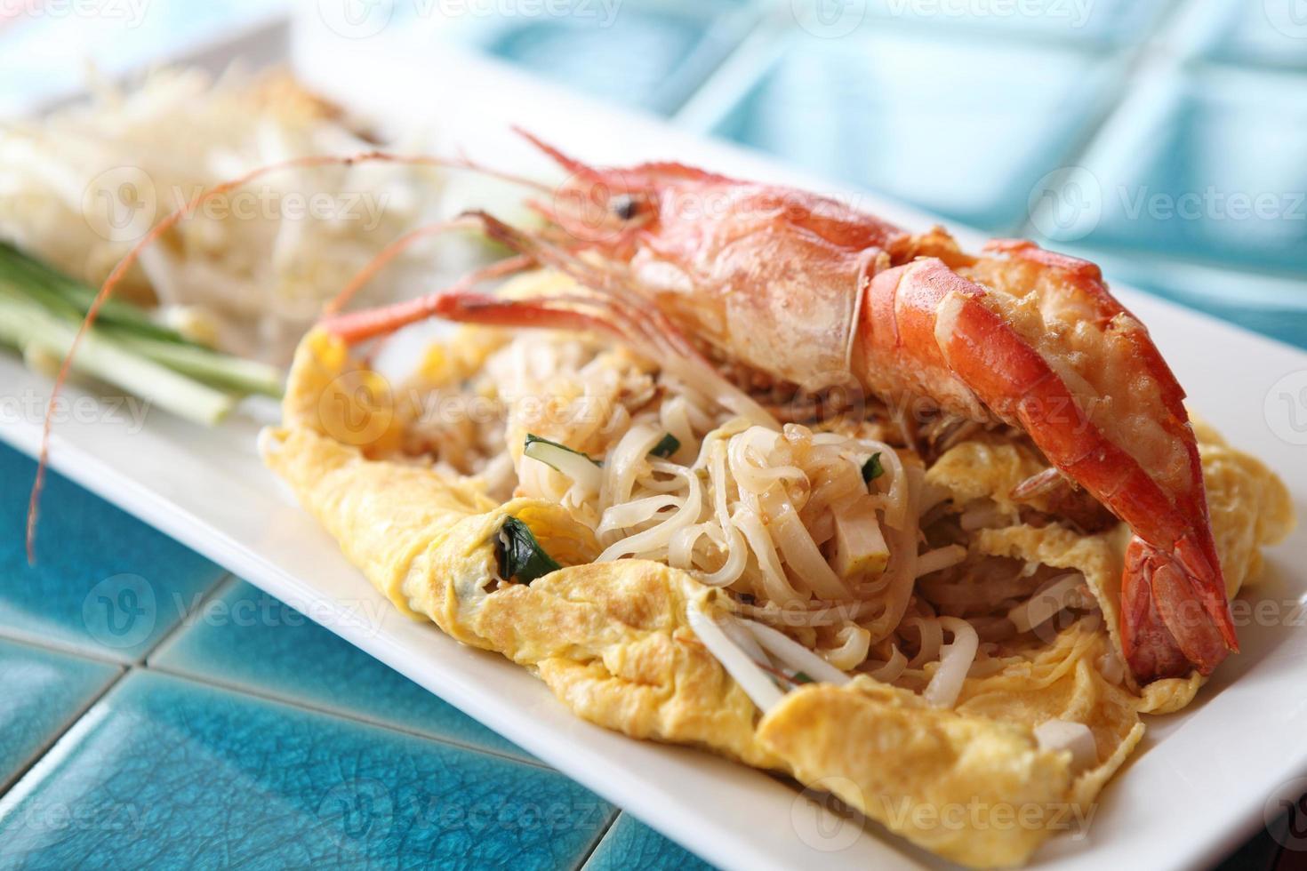 thailändsk mat padthai stekt nudel med räkor foto