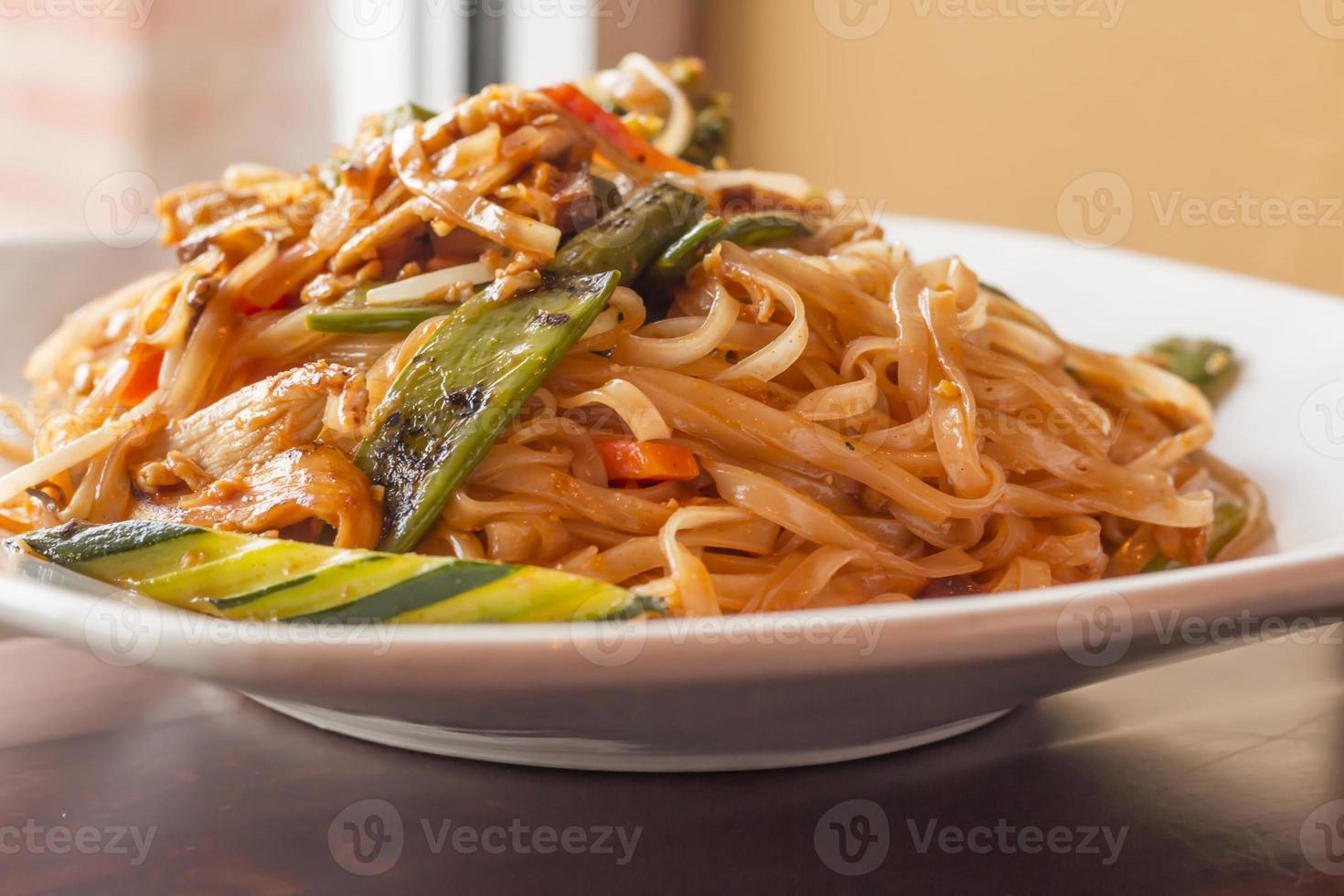 pad thai kyckling foto