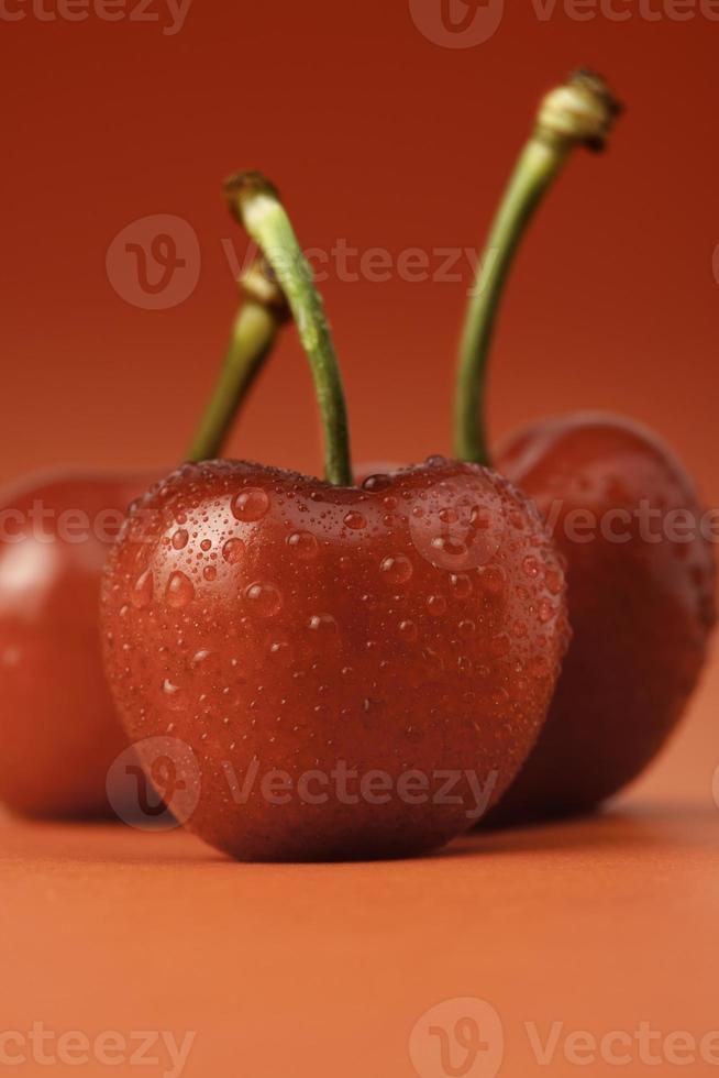körsbär på rött foto