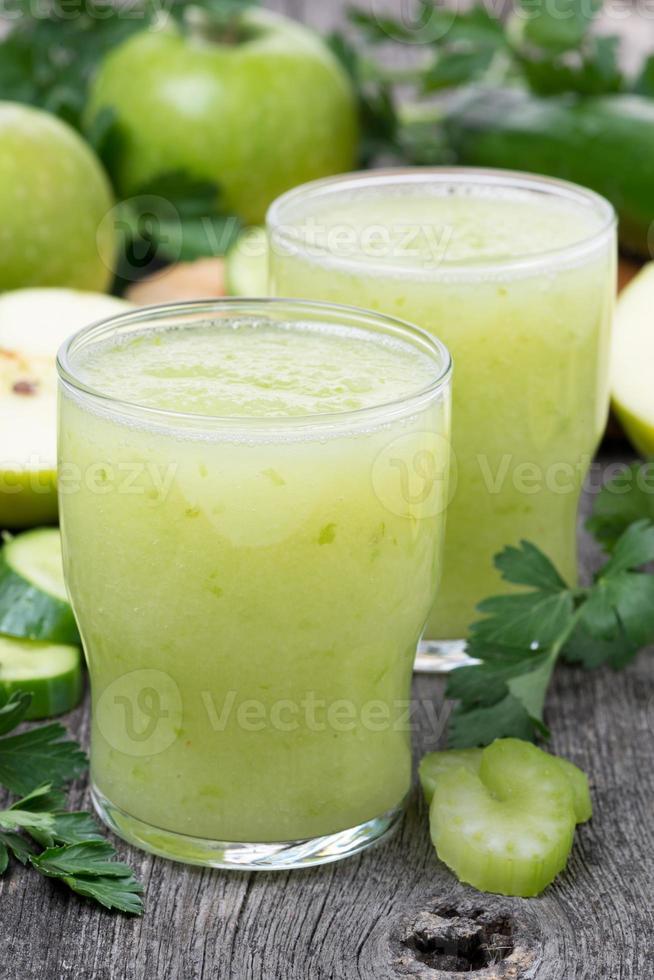 smoothies av grönt äpple, selleri och lime, vertikalt foto