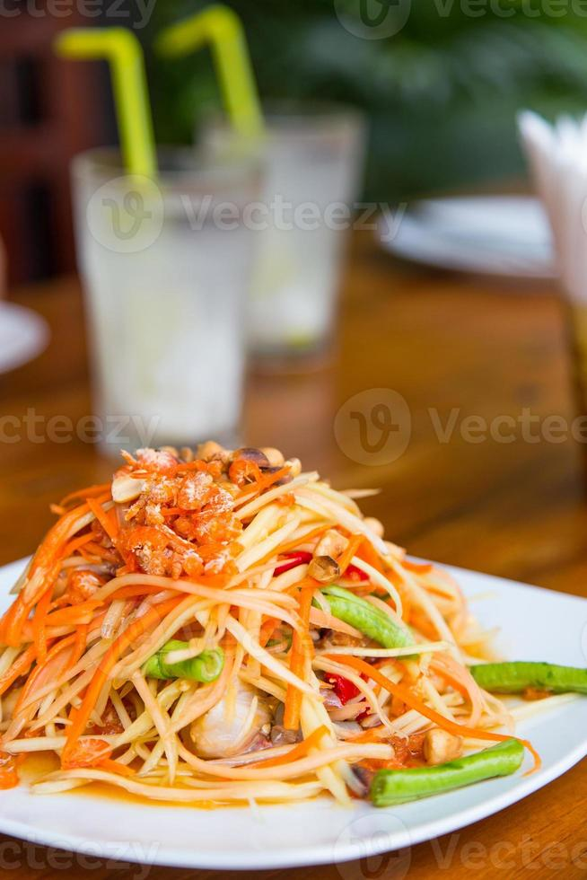 Thailändsk maträtt, grön papayasallad, redo att serveras foto