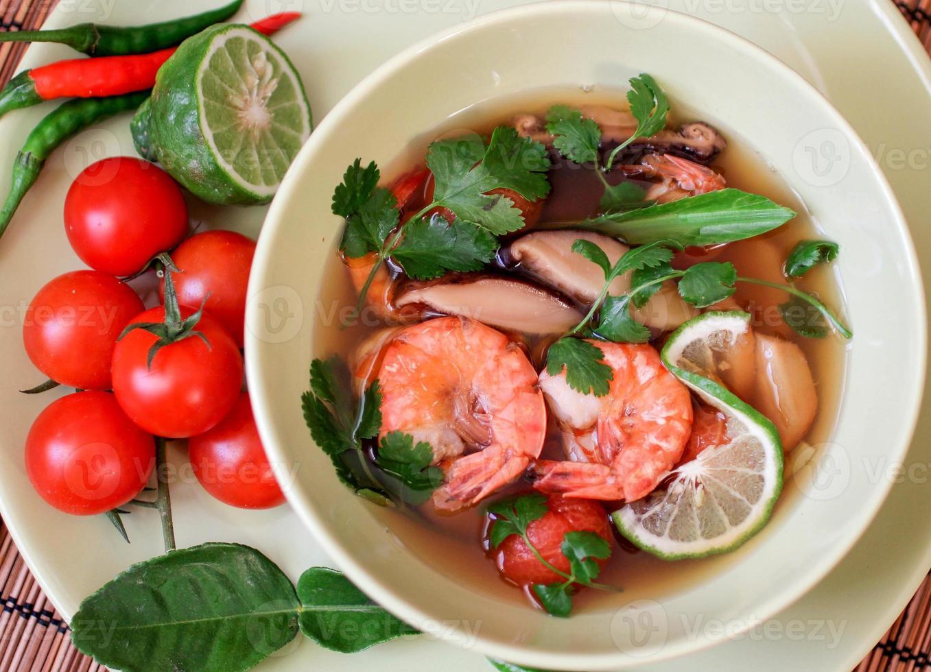 traditionell kryddig thailändsk tom yam soppa foto
