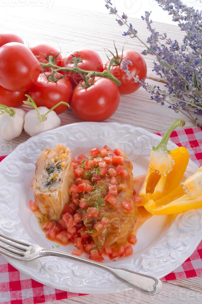 vegetarisk kålrullar med spenat och salsa foto