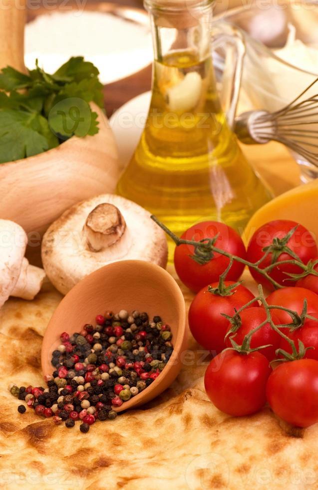 körsbärstomater, champignons, kryddor och vitlök foto