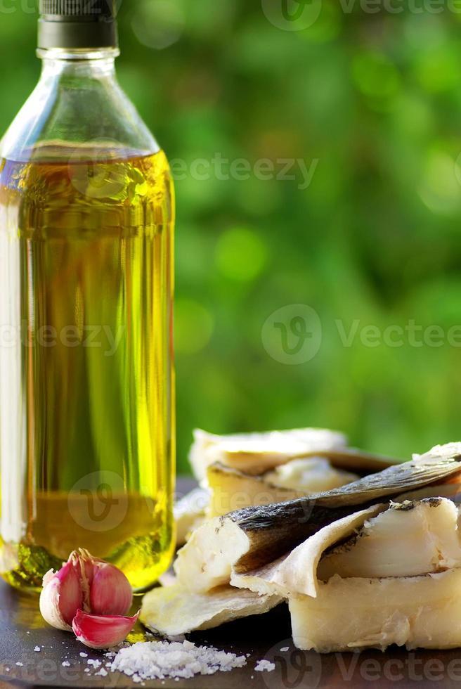 torsk, olja och vitlök. foto