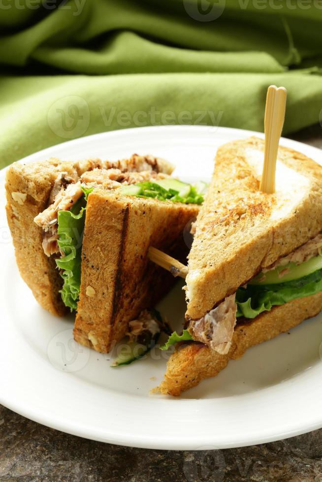 tonfisksmörgås med gurka och sallad foto