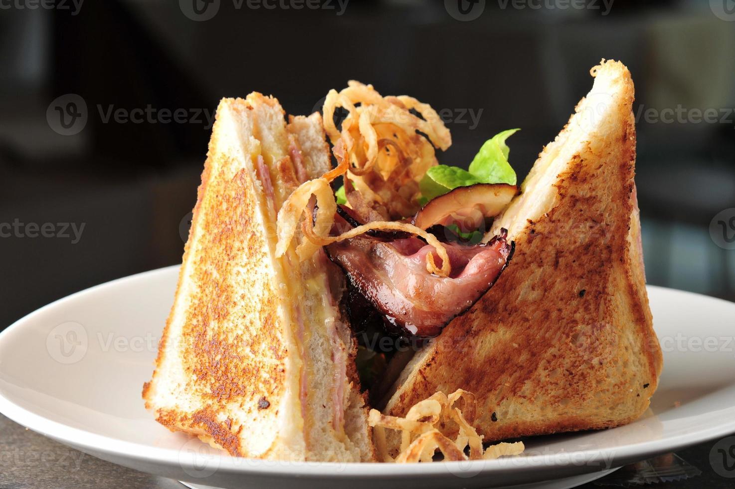 två klubbsmörgås med bakat bacon foto
