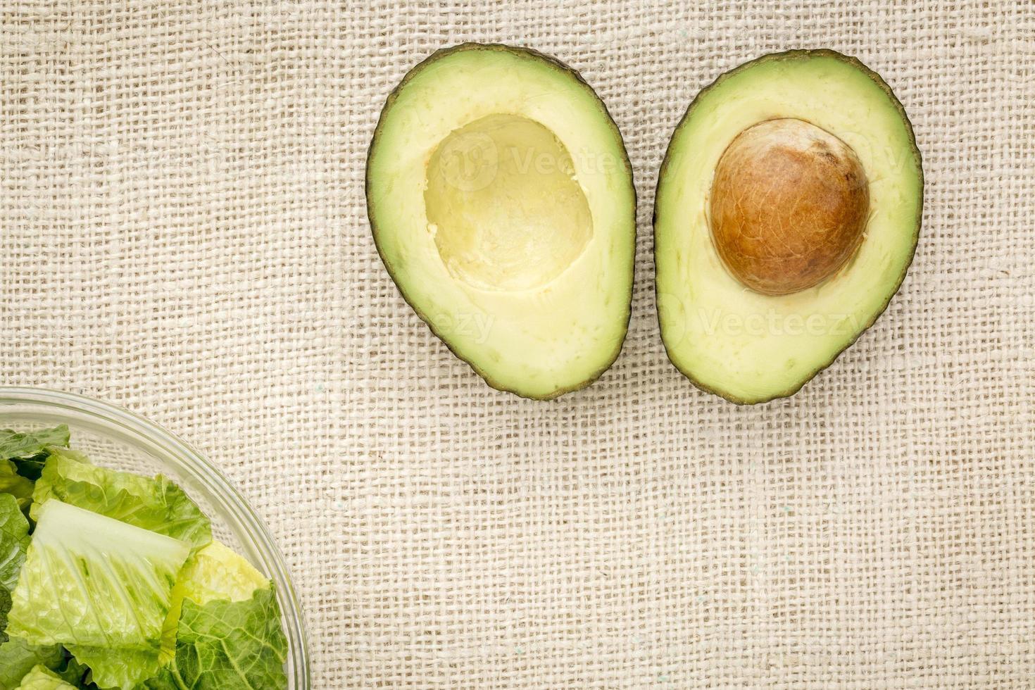 halverad avokado och sallad foto