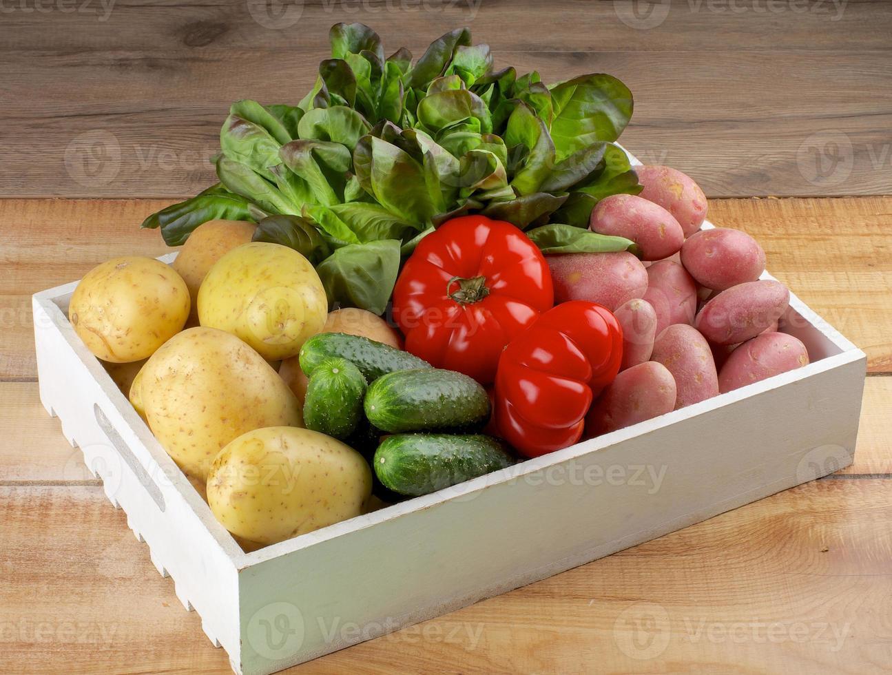 låda med grönsaker foto