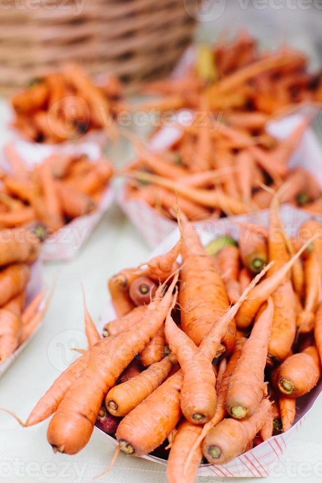morötter på en bondens marknad foto
