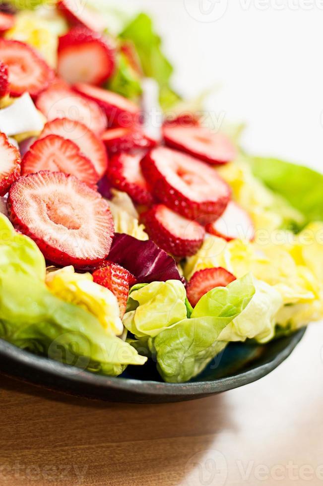 bibb sallad och jordgubbsallad foto