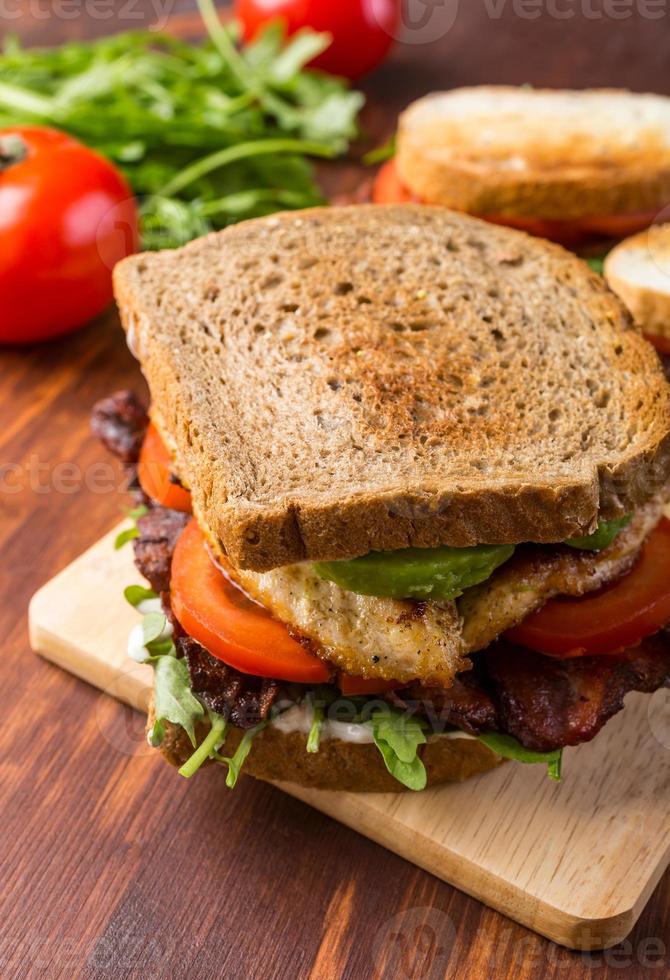 bacon, sallad och tomat smörgås foto