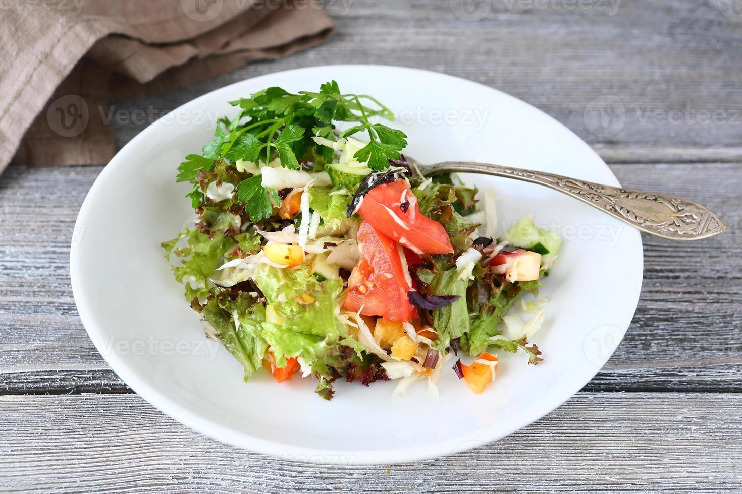 sallad med grönsaker på en tallrik foto