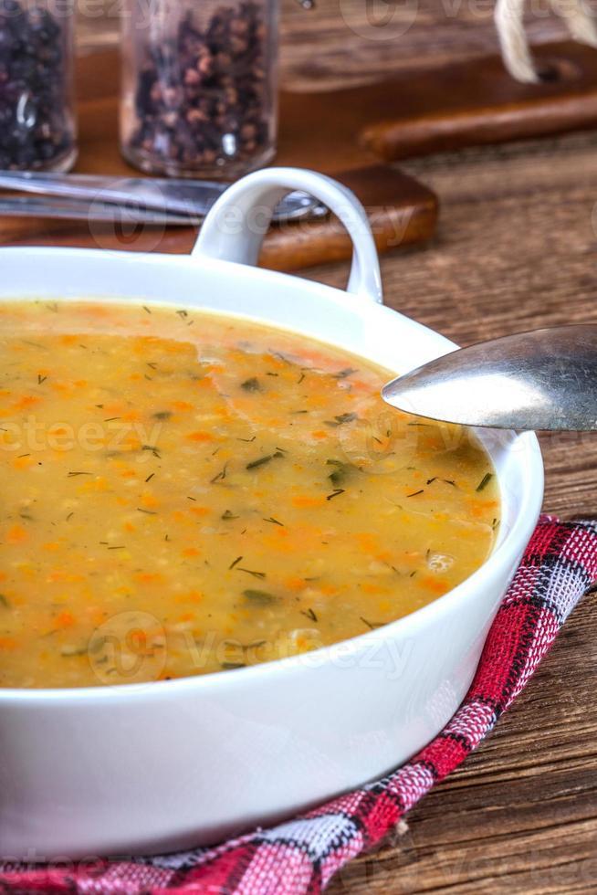 soppa med bovete och grönsaker. foto