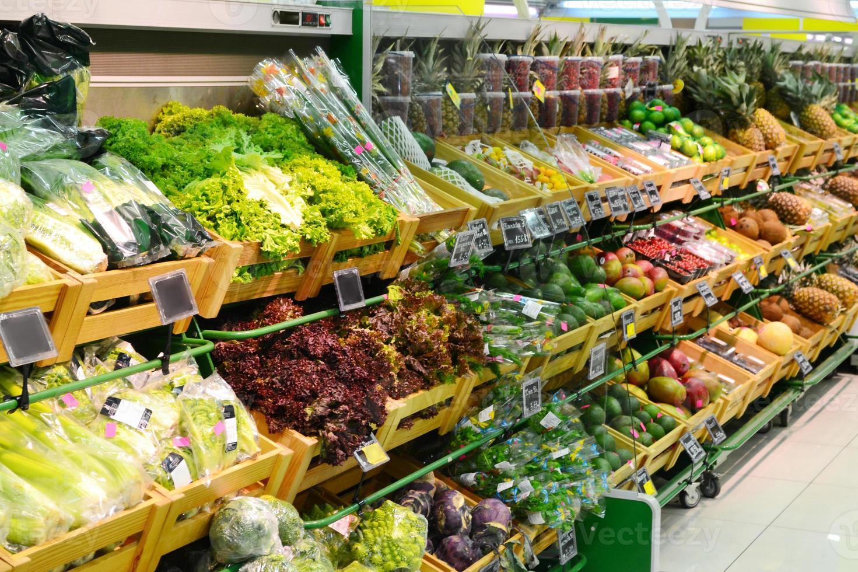 olika grönsaker och frukt i mataffären foto