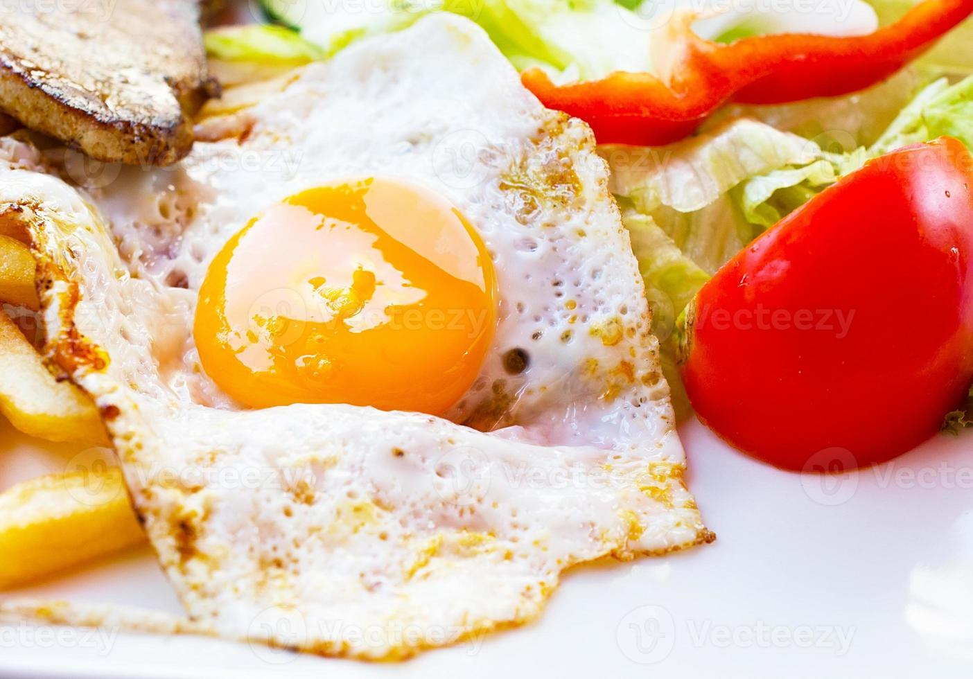 stekt ägg med potatisfries, grillad biff. foto