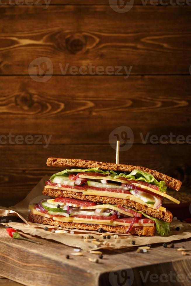 smörgås på gammal papper med stor skärbräda foto