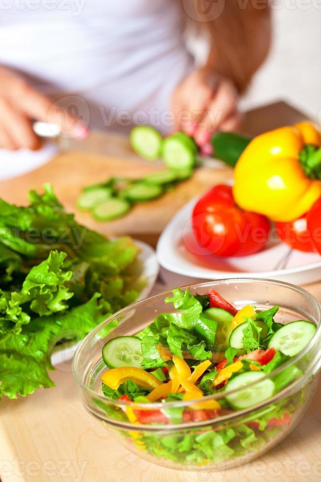 kvinna matlagning sallad foto