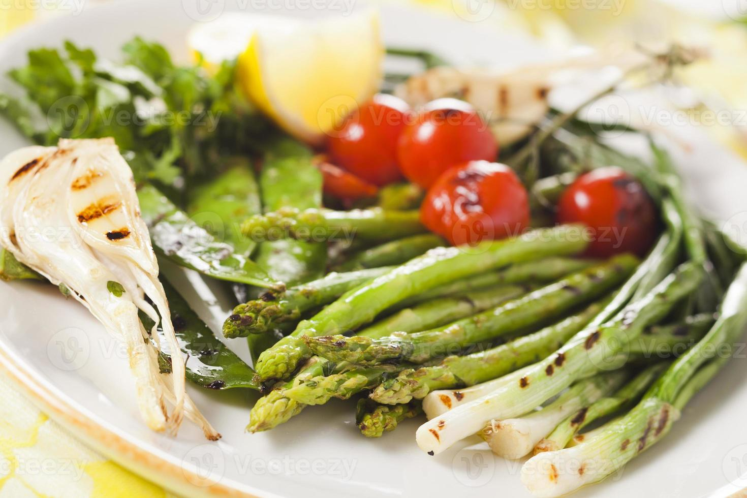 marinerade grillade grönsaker - sparris, lök, ärtor, tomater foto
