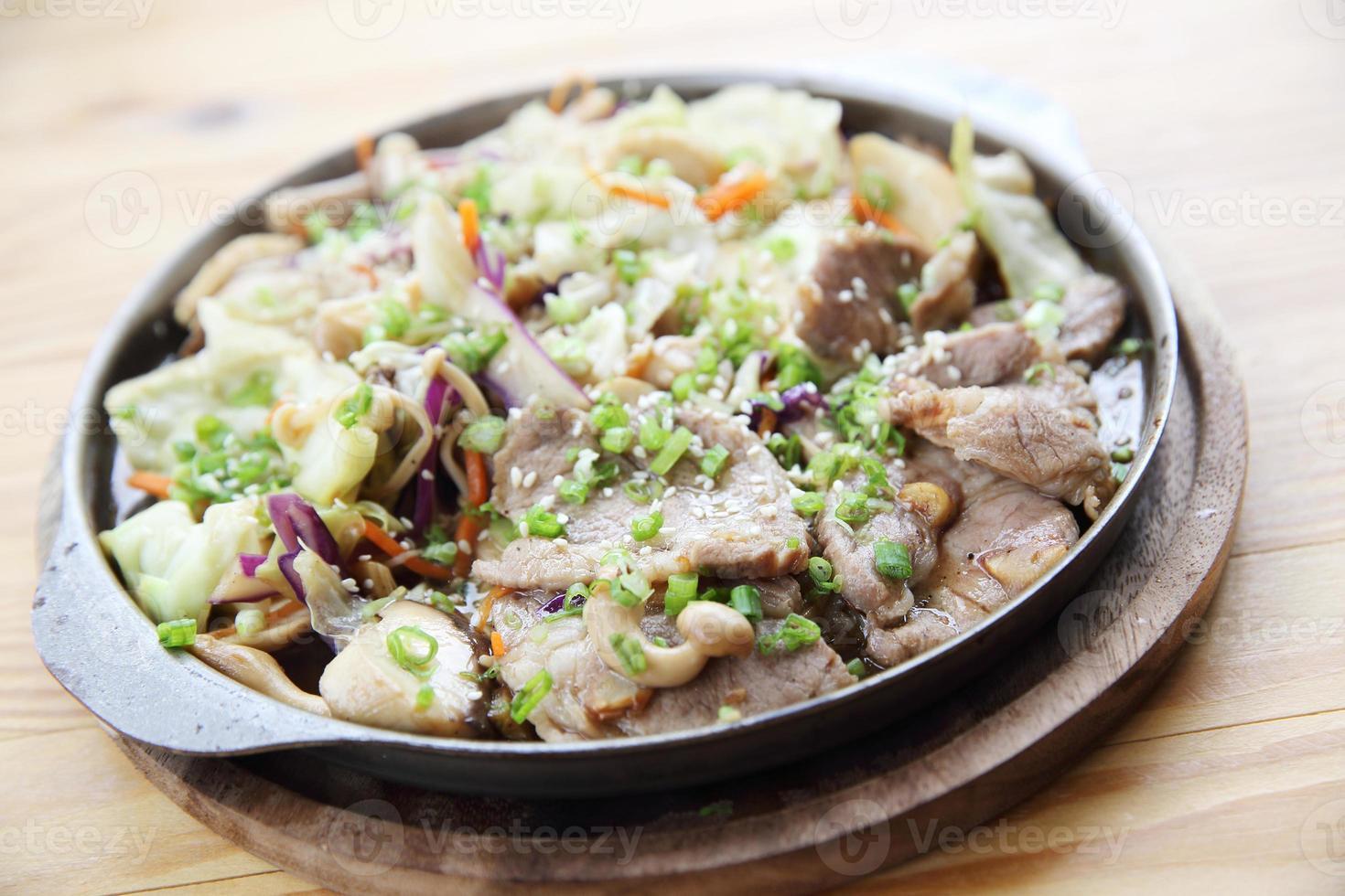 japansk matgriskött med ingefära på pannan foto
