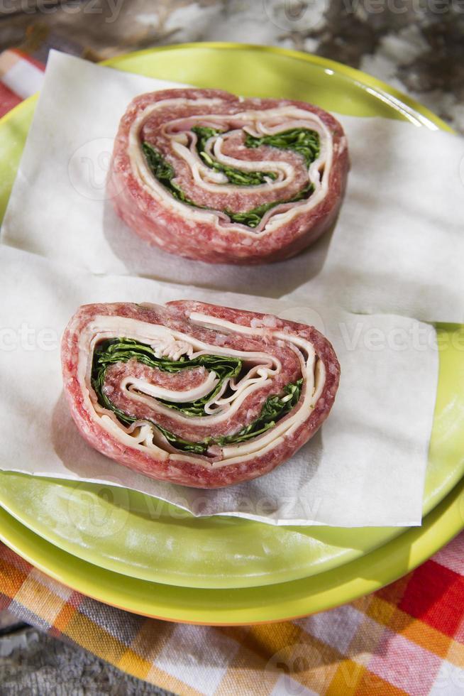 rulle med rått kött foto