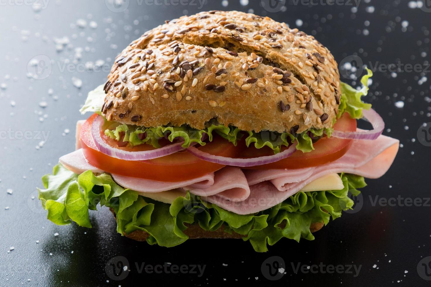 skinkasmörgås med brun bulle foto