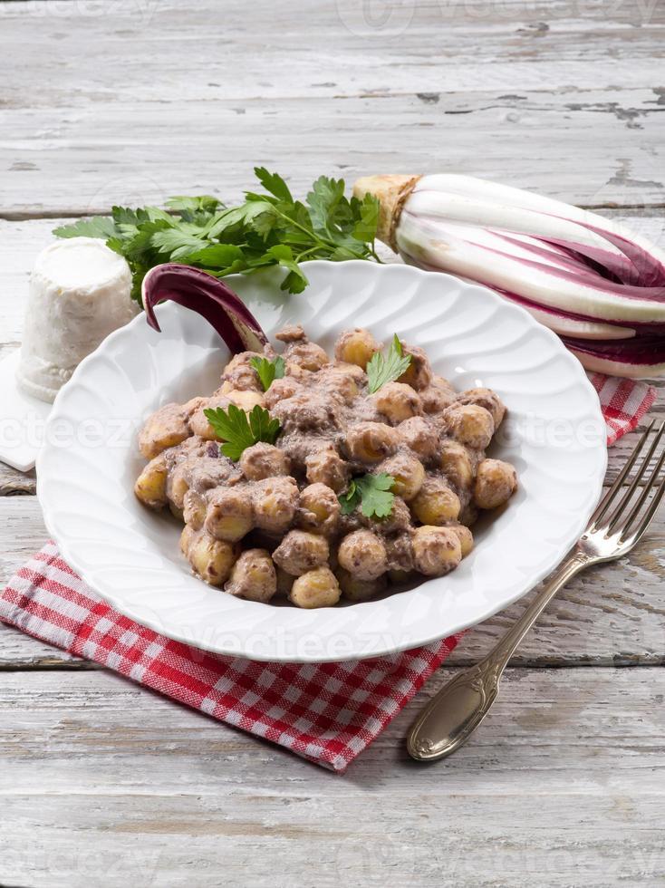 gnocchi med cikoria och ricottasås foto