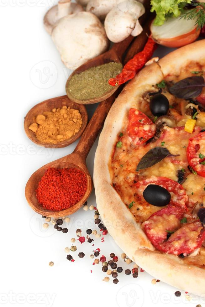 läcker pizza, grönsaker och kryddor isolerad på vitt foto